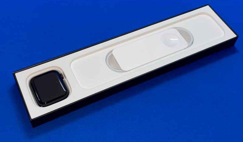 AppleWatchNikeSeries6本体と充電ケーブル-e1600491415810